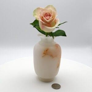 Vaso a forma di anfora in alabastro