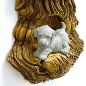 Composizioni di cagnolini in pietra ollare su legno