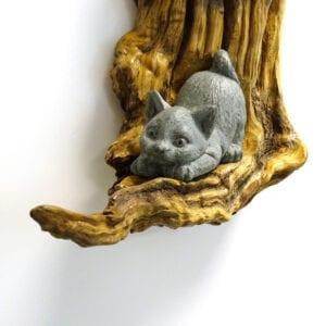 Composizioni di gatti in pietra ollare su legno