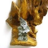 Gnomi in pietra ollare su legno